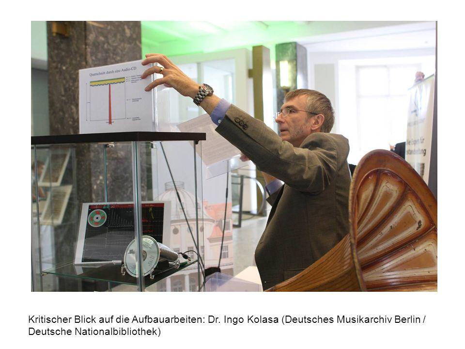 Kritischer Blick auf die Aufbauarbeiten: Dr. Ingo Kolasa (Deutsches Musikarchiv Berlin / Deutsche Nationalbibliothek)