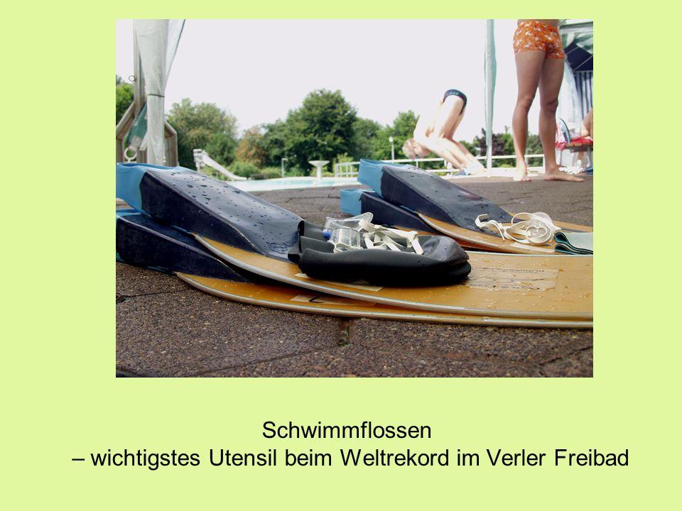 Schwimmflossen – wichtigstes Utensil beim Weltrekord im Verler Freibad
