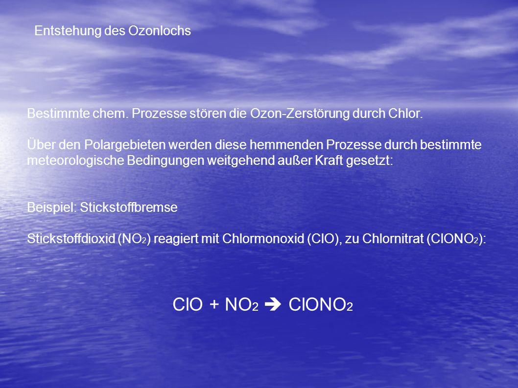 Ein freies Sauerstoff-Atom (O) trifft auf das Chlormonoxid und verbindet sich mit mit dem Sauerstoff-Atom (O) des Chlormonoxids (ClO) zu einem Sauerst