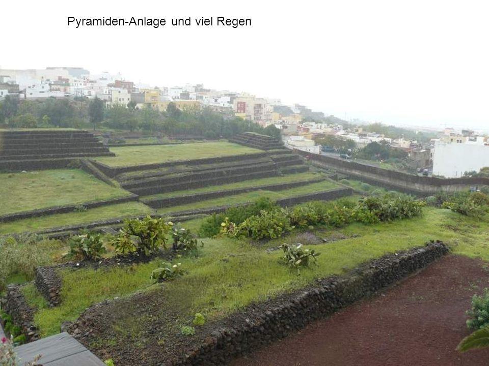 Pyramiden-Anlage und viel Regen