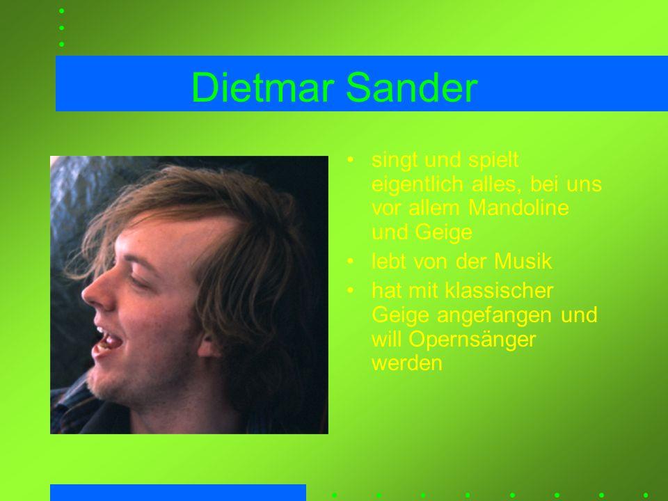 Dietmar Sander singt und spielt eigentlich alles, bei uns vor allem Mandoline und Geige lebt von der Musik hat mit klassischer Geige angefangen und wi