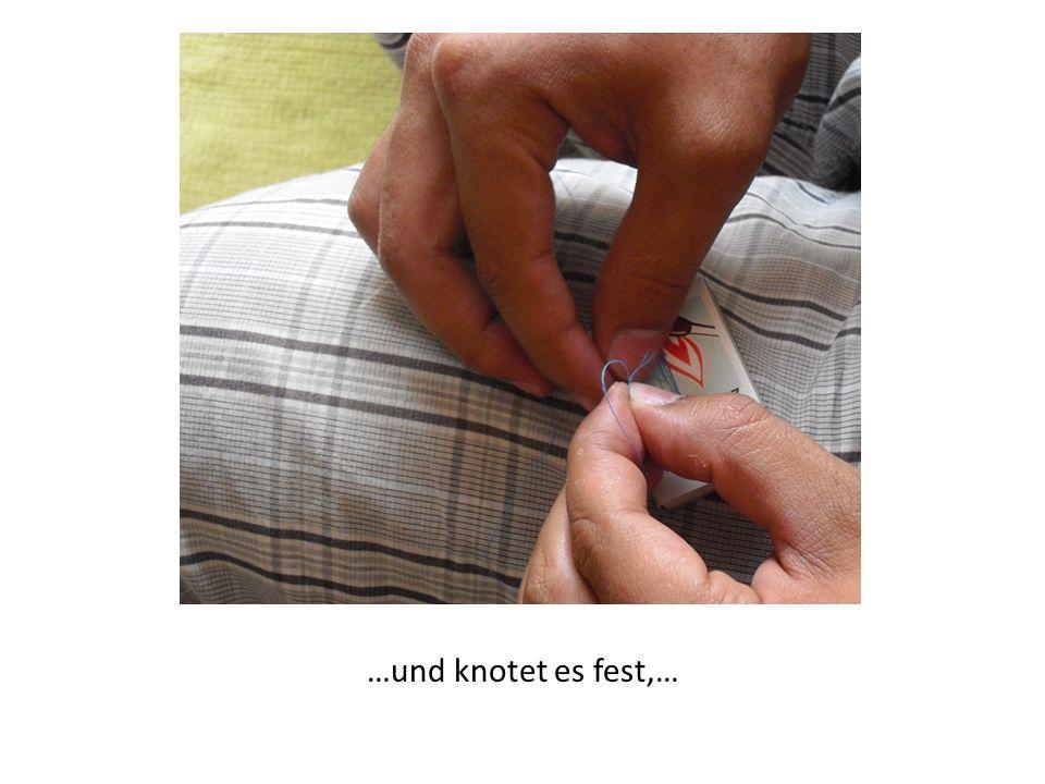 …sodass die Streichholzschachtel am Faden hängt und nicht aus der Schlinge herausrutschen kann.