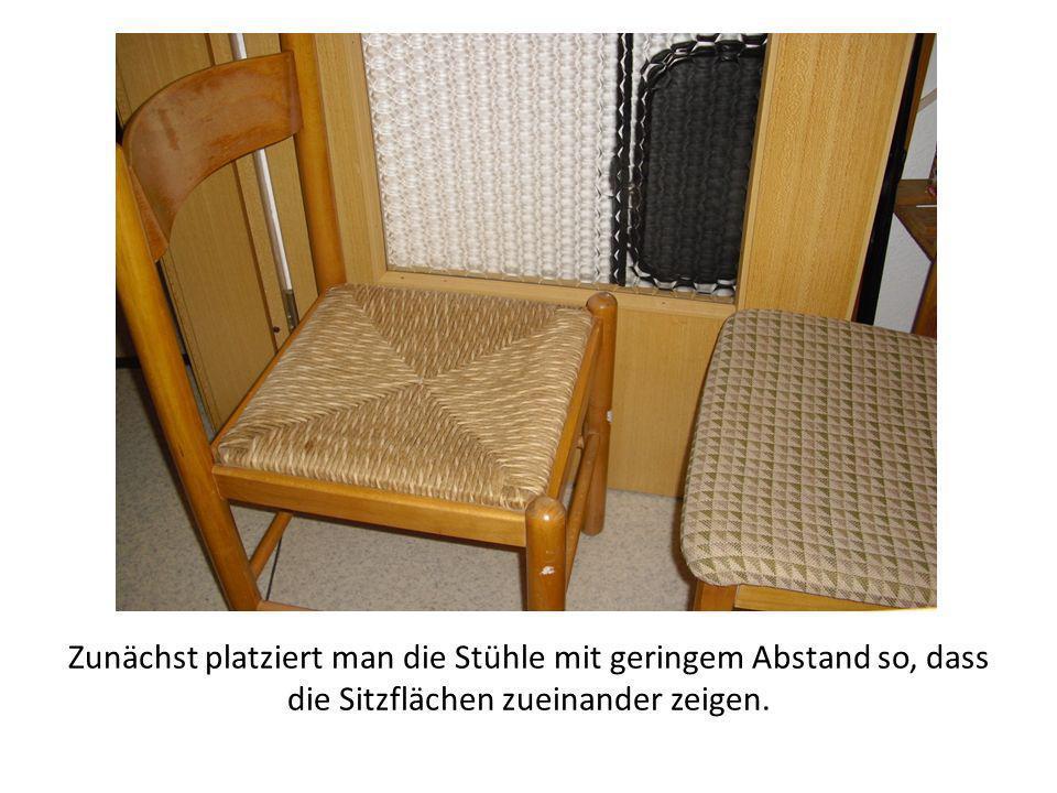 Zunächst platziert man die Stühle mit geringem Abstand so, dass die Sitzflächen zueinander zeigen.
