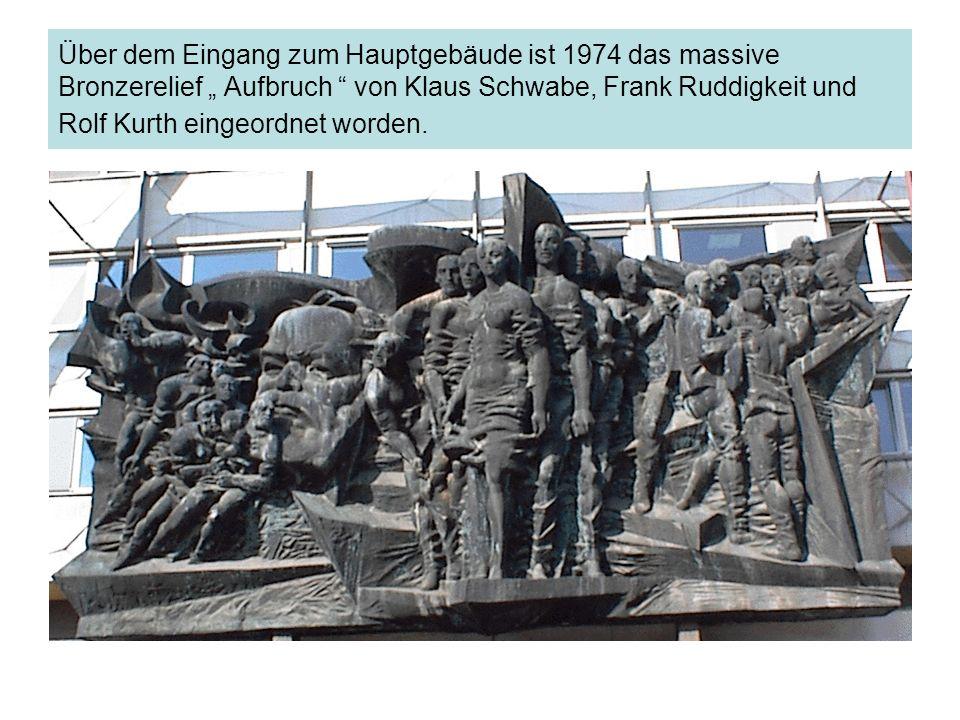 Über dem Eingang zum Hauptgebäude ist 1974 das massive Bronzerelief Aufbruch von Klaus Schwabe, Frank Ruddigkeit und Rolf Kurth eingeordnet worden.