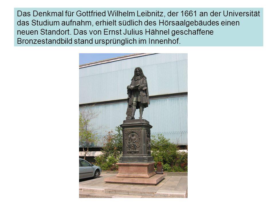Das Denkmal für Gottfried Wilhelm Leibnitz, der 1661 an der Universität das Studium aufnahm, erhielt südlich des Hörsaalgebäudes einen neuen Standort.
