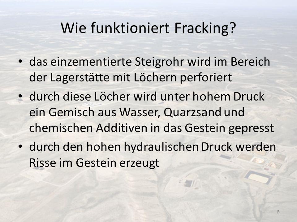 Wie funktioniert Fracking? das einzementierte Steigrohr wird im Bereich der Lagerstätte mit Löchern perforiert durch diese Löcher wird unter hohem Dru