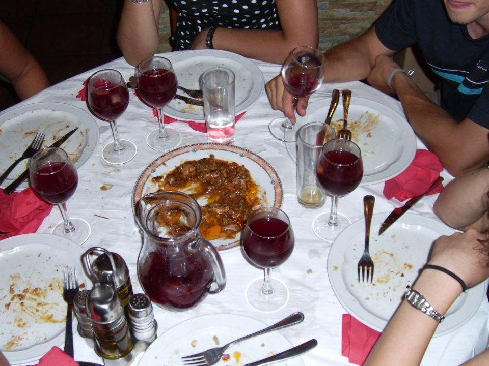 Beim Abschiedsessen gibt es Sangría, Fisch und Fleischbällchen bis zum Abwinken