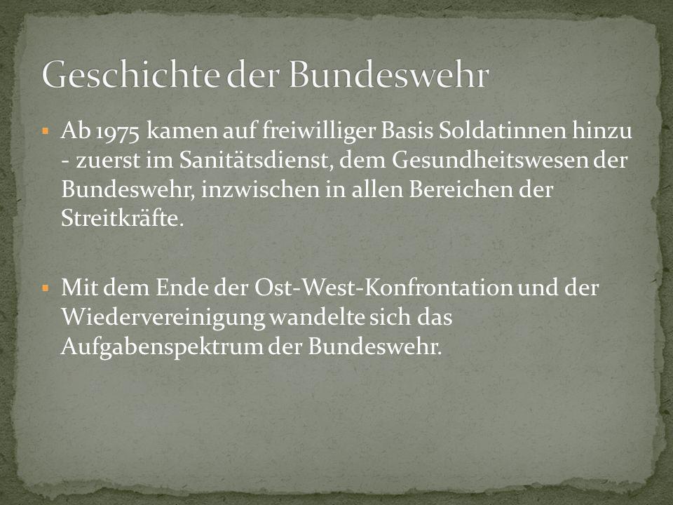 Ab 1975 kamen auf freiwilliger Basis Soldatinnen hinzu - zuerst im Sanitätsdienst, dem Gesundheitswesen der Bundeswehr, inzwischen in allen Bereichen