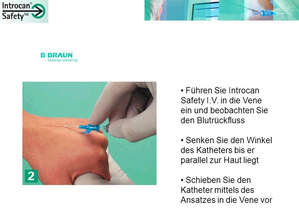 Führen Sie Introcan Safety I.V. in die Vene ein und beobachten Sie den Blutrückfluss Senken Sie den Winkel des Katheters bis er parallel zur Haut lieg