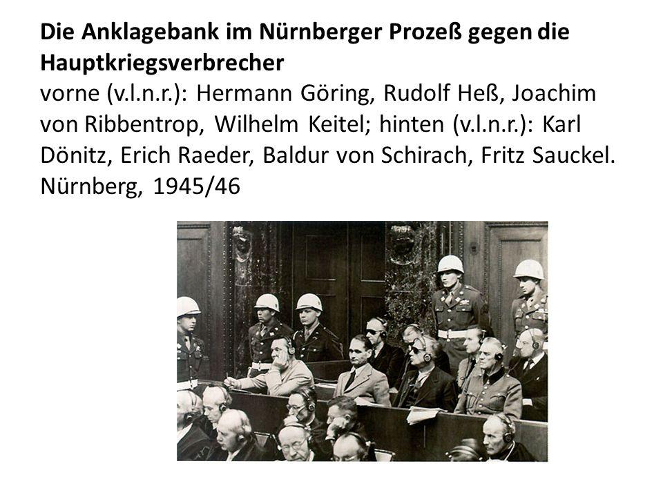 Die Anklagebank im Nürnberger Prozeß gegen die Hauptkriegsverbrecher vorne (v.l.n.r.): Hermann Göring, Rudolf Heß, Joachim von Ribbentrop, Wilhelm Kei