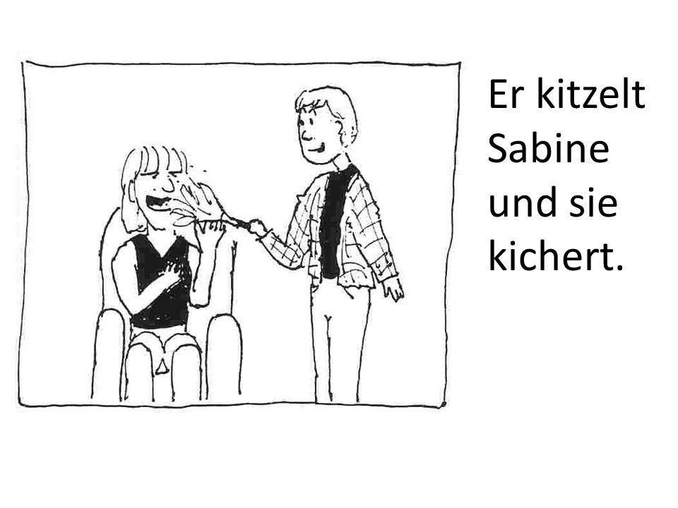 Er kitzelt Sabine und sie kichert.