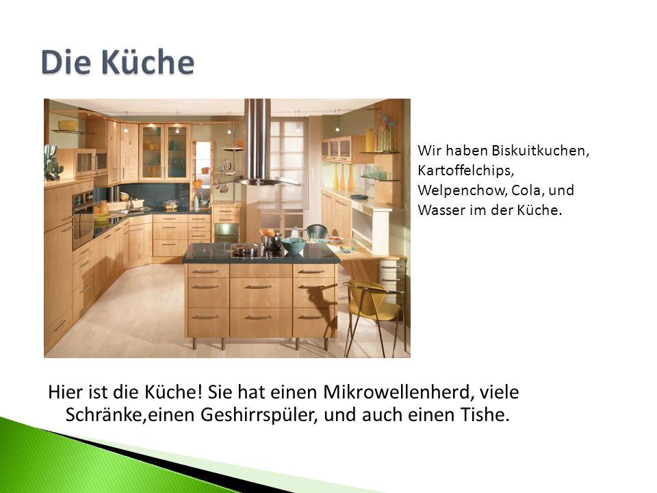 Hier ist die Küche! Sie hat einen Mikrowellenherd, viele Schränke,einen Geshirrspüler, und auch einen Tishe. Wir haben Biskuitkuchen, Kartoffelchips,