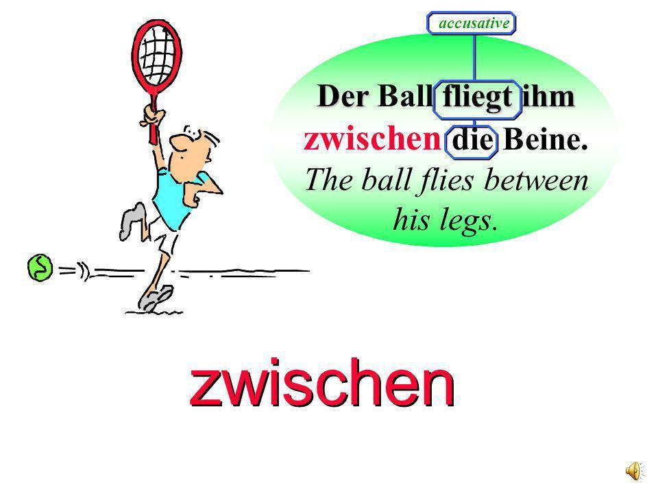 Der fliegt ihm Der Ball fliegt ihm zwischen die Beine.