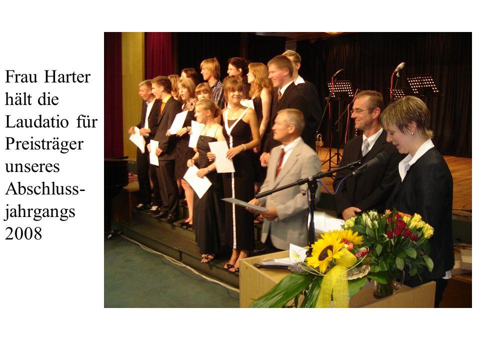 Frau Harter hält die Laudatio für Preisträger unseres Abschluss- jahrgangs 2008