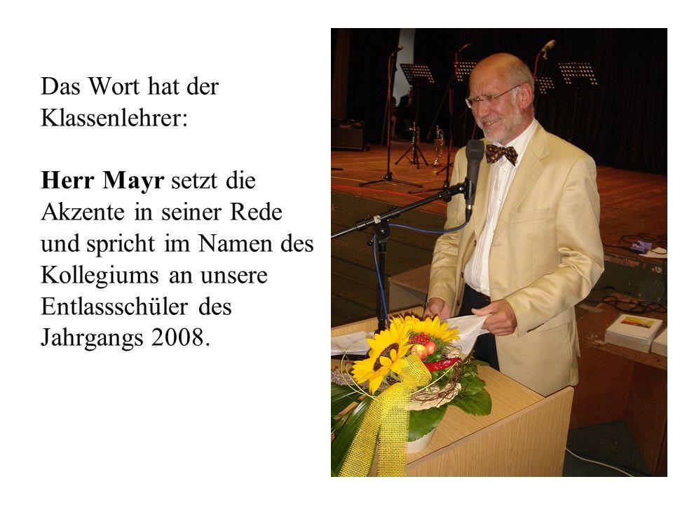 Das Wort hat der Klassenlehrer: Herr Mayr setzt die Akzente in seiner Rede und spricht im Namen des Kollegiums an unsere Entlassschüler des Jahrgangs