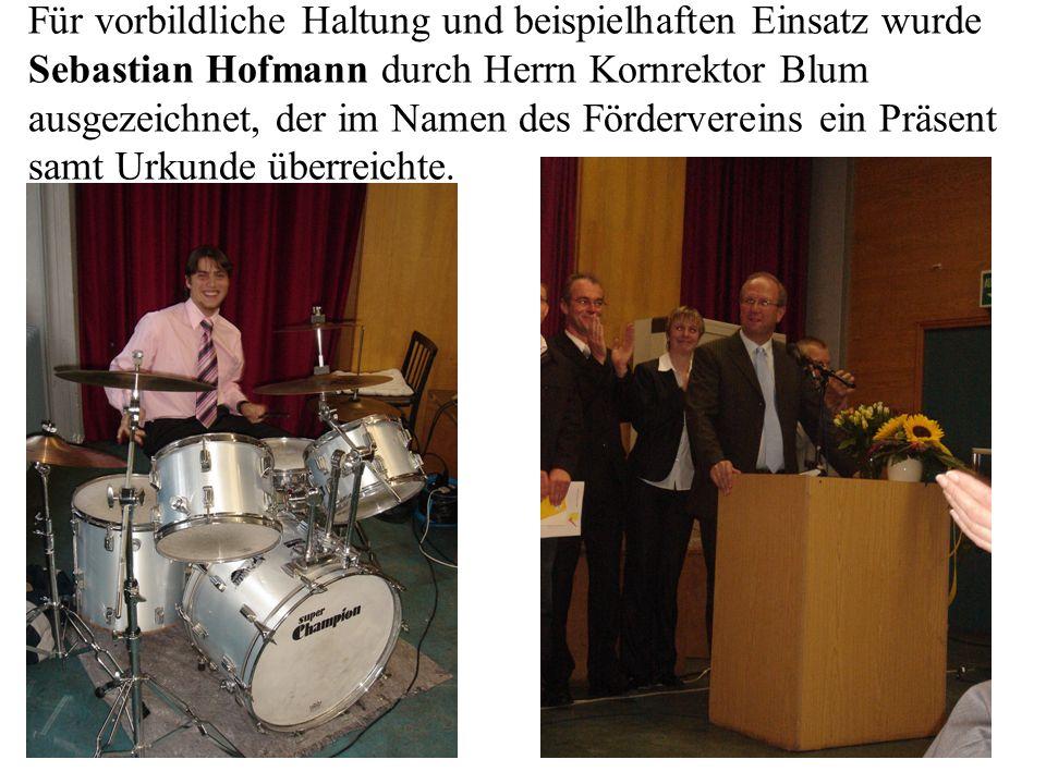 Für vorbildliche Haltung und beispielhaften Einsatz wurde Sebastian Hofmann durch Herrn Kornrektor Blum ausgezeichnet, der im Namen des Fördervereins ein Präsent samt Urkunde überreichte.