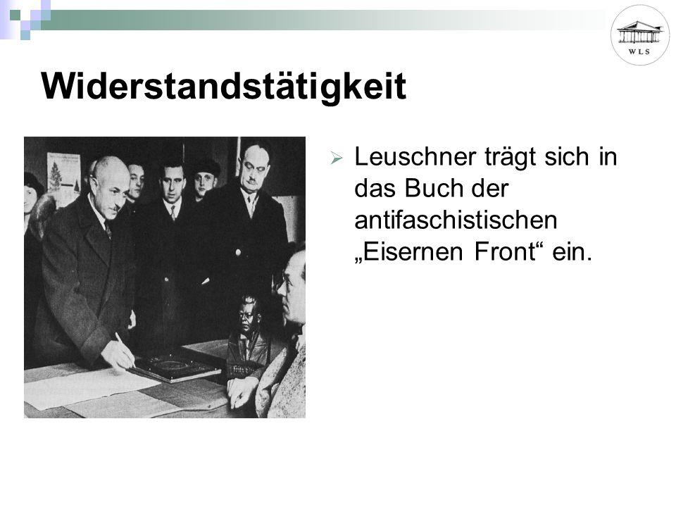 Widerstandstätigkeit Leuschner trägt sich in das Buch der antifaschistischen Eisernen Front ein.