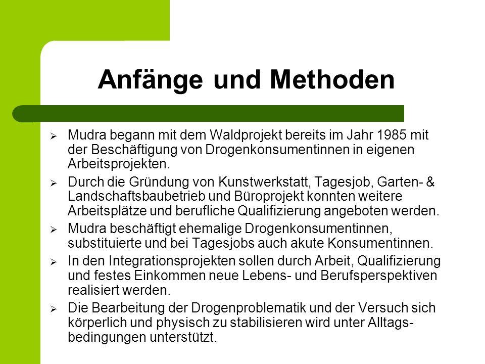Anfänge und Methoden Mudra begann mit dem Waldprojekt bereits im Jahr 1985 mit der Beschäftigung von Drogenkonsumentinnen in eigenen Arbeitsprojekten.
