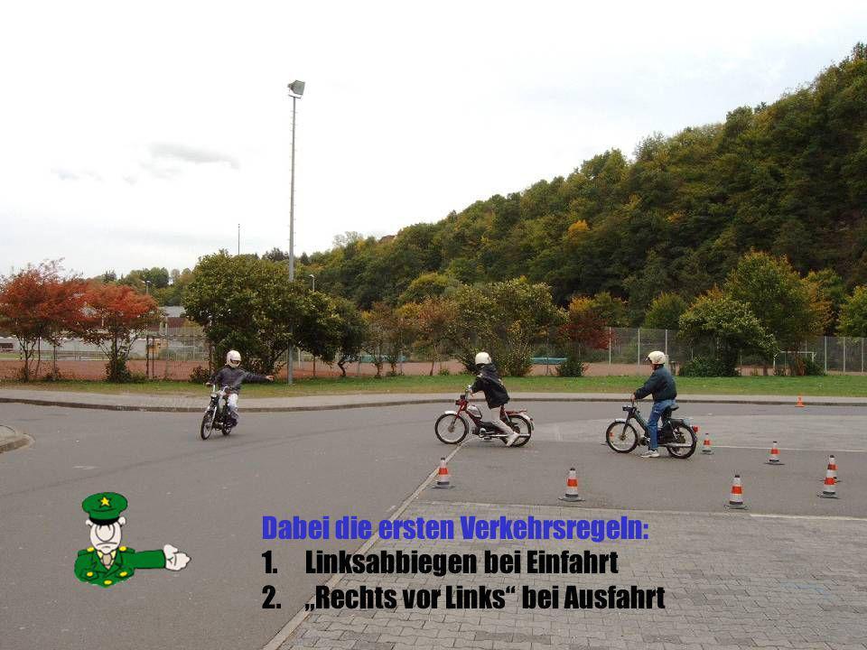 Dabei die ersten Verkehrsregeln: 1.Linksabbiegen bei Einfahrt 2.Rechts vor Links bei Ausfahrt