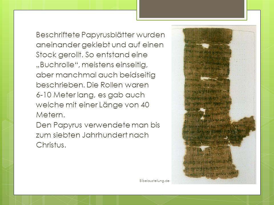 Beschriftete Papyrusblätter wurden aneinander geklebt und auf einen Stock gerollt. So entstand eine Buchrolle, meistens einseitig, aber manchmal auch