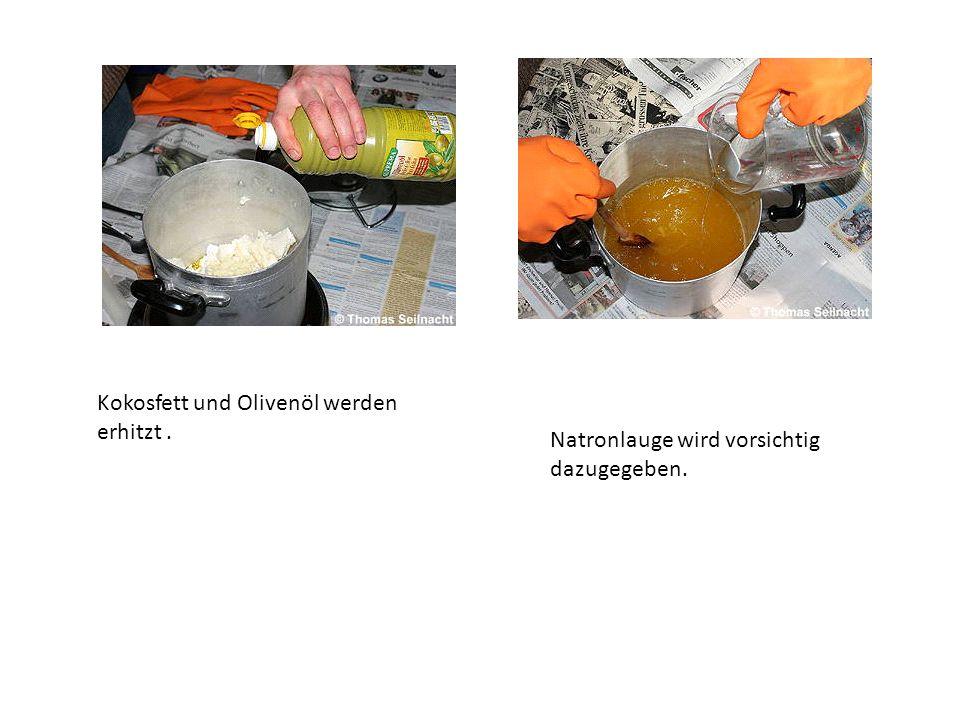 Kokosfett und Olivenöl werden erhitzt. Natronlauge wird vorsichtig dazugegeben.