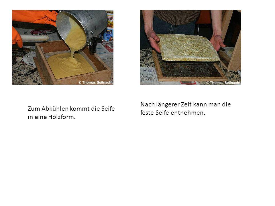 Zum Abkühlen kommt die Seife in eine Holzform. Nach längerer Zeit kann man die feste Seife entnehmen.