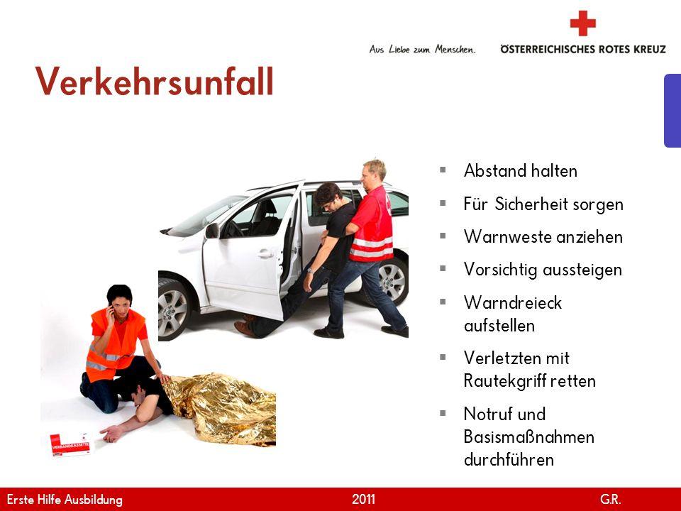 www.roteskreuz.at Version April | 2011 Verkehrsunfall 27 Abstand halten Für Sicherheit sorgen Warnweste anziehen Vorsichtig aussteigen Warndreieck auf