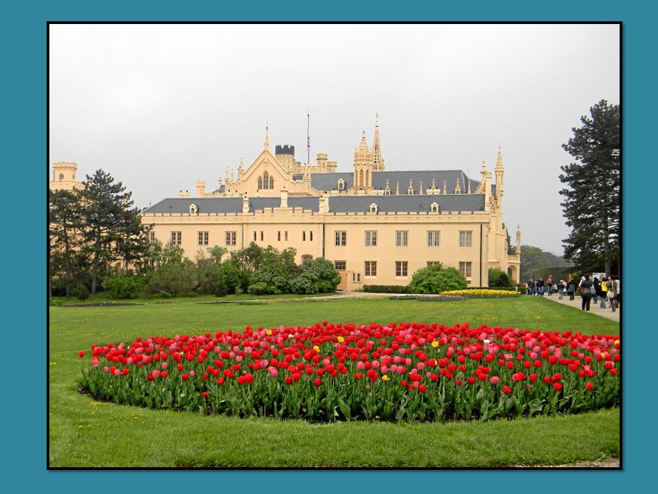 Das Schloss Lednice (deutsch: Eisgrub) liegt im Okres Breclav, nahe der österr. Grenze. Das Schloss wurde im 13. Jh. von den Liechtensteinern errichte