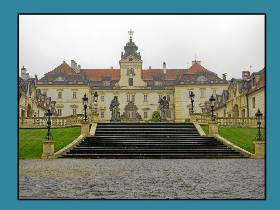 Das Schloss Valtice (deutsch: Feldsberg) ist seit dem 13. Jh. Im Besitz des Hauses Liechtenstein. Es steht anstelle eines älteren Schlosses und wurde