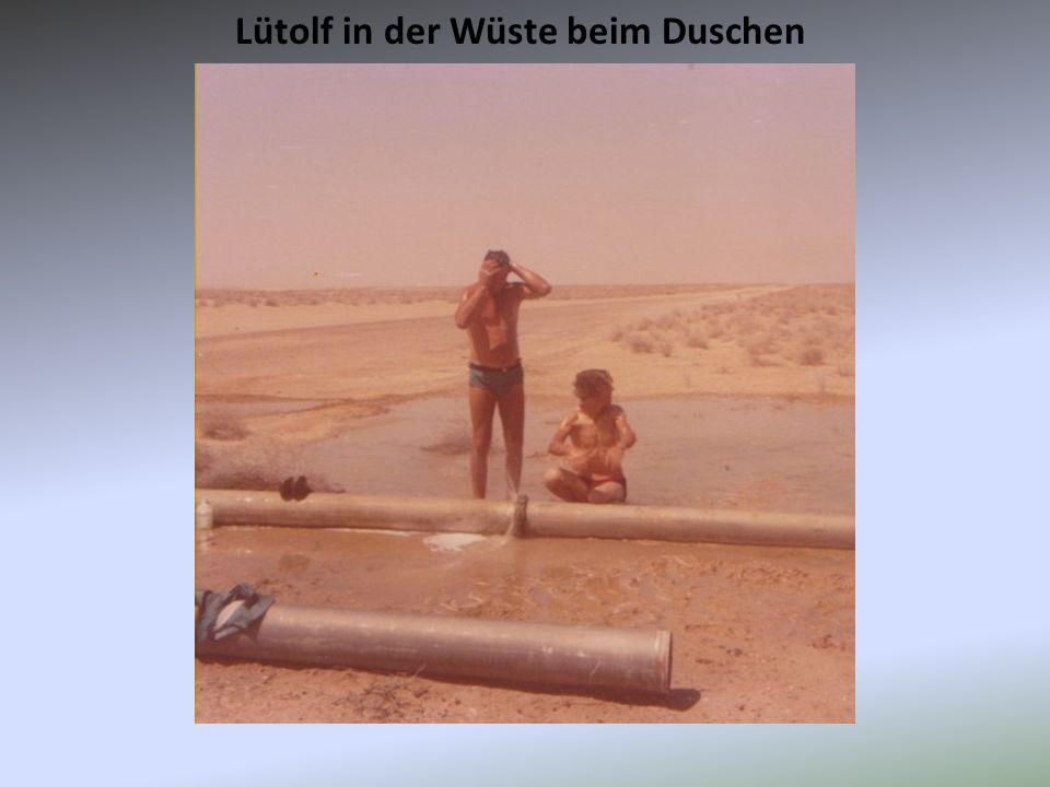 Lütolf in der Wüste beim Duschen