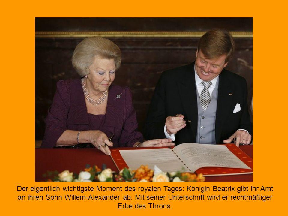 Die bisherige Königin Beatrix unterschrieb am Vormittag in Amsterdam die Abdankungsurkunde. Damit besiegelte die 75-jährige Monarchin ihren Thronverzi