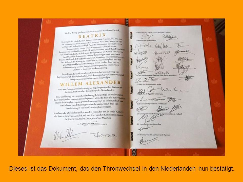Der eigentlich wichtigste Moment des royalen Tages: Königin Beatrix gibt ihr Amt an ihren Sohn Willem-Alexander ab. Mit seiner Unterschrift wird er re