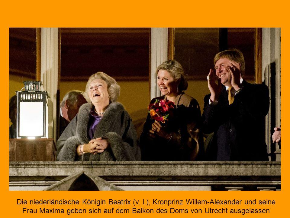 Anschließend betraten Prinzessin Beatrix, König Willem-Alexander und seine Frau, Königin Máxima, den Balkon des Palastes