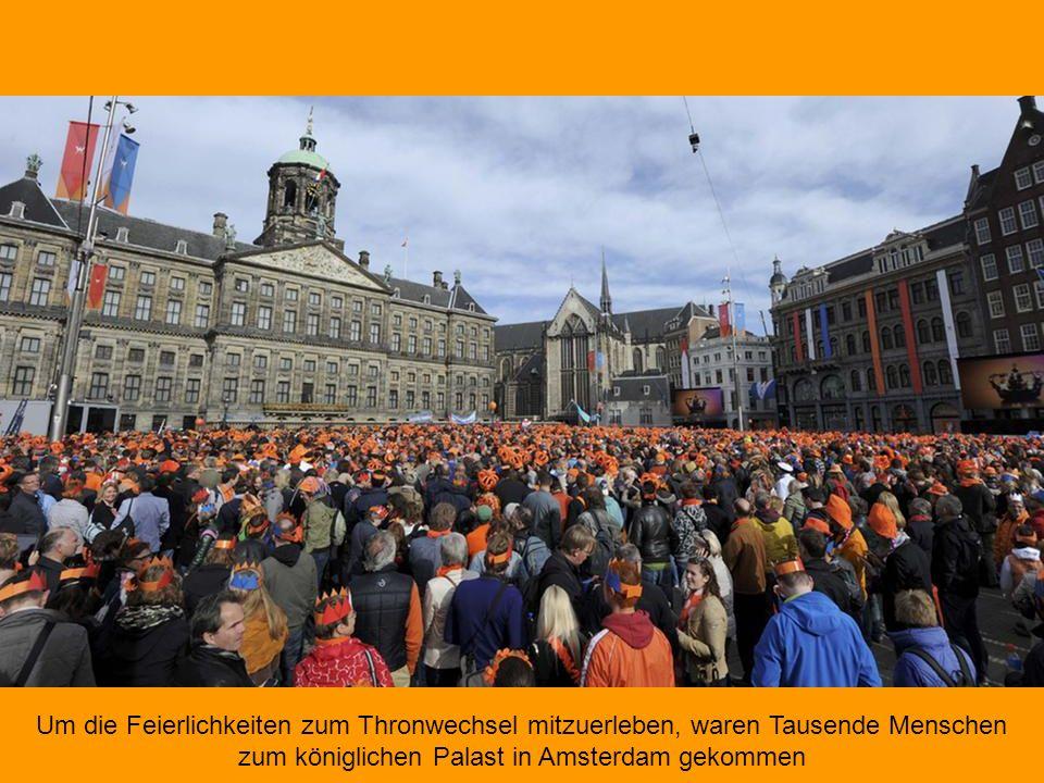 Die niederländische Königskrone samt Zepter auf einem roten Samtkissen Wie viel verdient ein König? Willem-Alexander ist offiziell Teil der Regierung