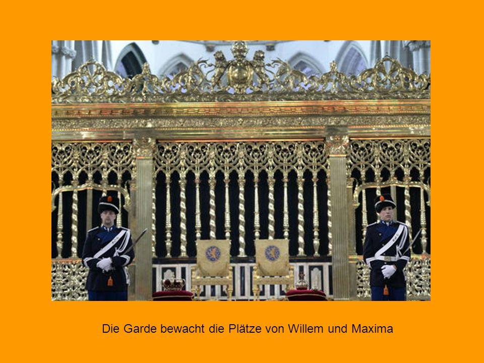 Die Kirche betraten Willem-Alexander und Máxima Hand in Hand. Den König schmückte ein Mantel aus rotem Samt und Hermelin, der von vier Dienern getrage