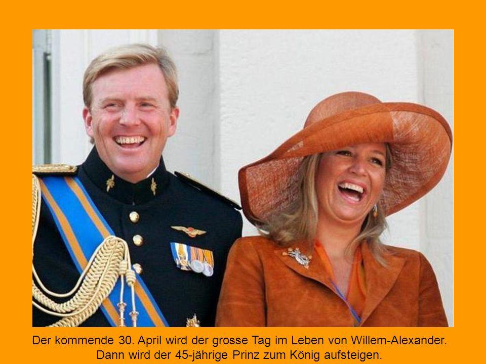Die niederländische Königin Beatrix (v. l.), Kronprinz Willem-Alexander und seine Frau Maxima geben sich auf dem Balkon des Doms von Utrecht ausgelass