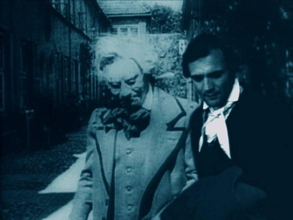 Jonathan Harker, ein junger Immobilienmakler, reist von Wismar nach Transsylvanien, um mit Graf Dracula über den Kauf eines Hauses zu verhandeln.
