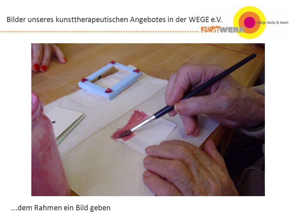 auf der Suche nach dem richtigen Material Bilder unseres kunsttherapeutischen Angebotes in der WEGE e.V.
