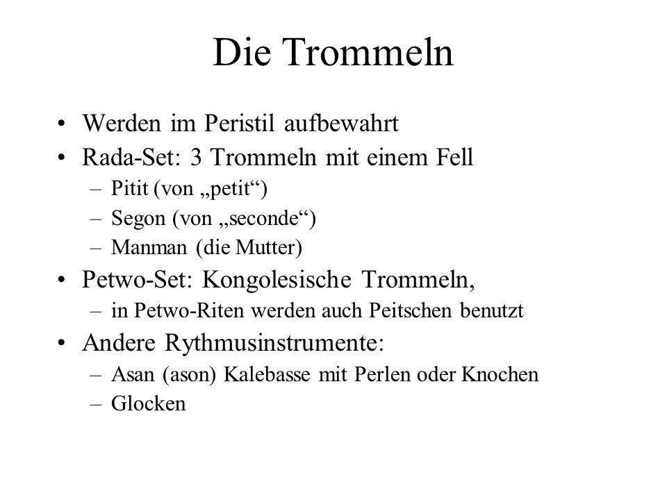 Die Trommeln Werden im Peristil aufbewahrt Rada-Set: 3 Trommeln mit einem Fell –Pitit (von petit) –Segon (von seconde) –Manman (die Mutter) Petwo-Set: