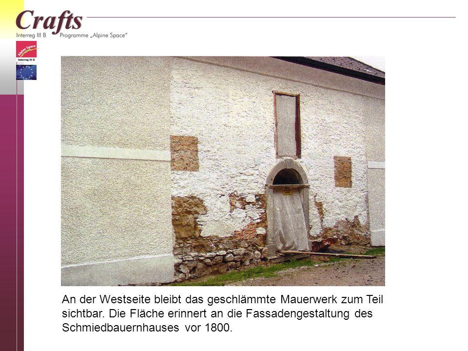 An der Westseite bleibt das geschlämmte Mauerwerk zum Teil sichtbar. Die Fläche erinnert an die Fassadengestaltung des Schmiedbauernhauses vor 1800.