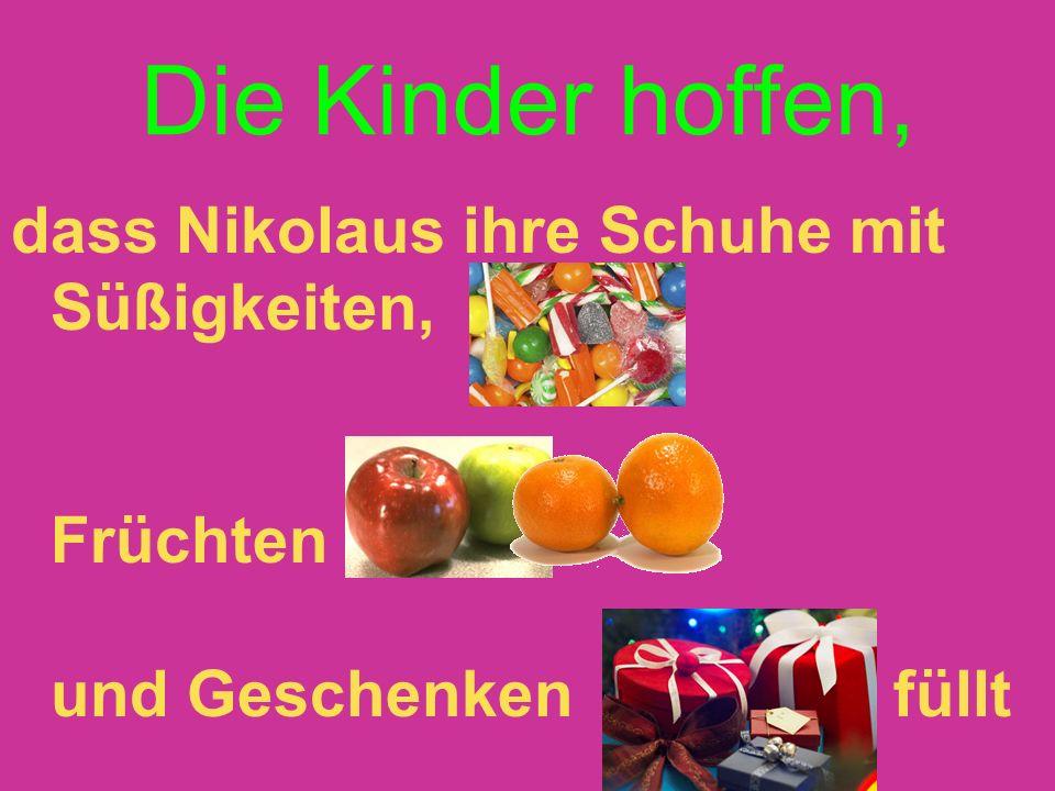 Die Kinder hoffen, dass Nikolaus ihre Schuhe mit Süßigkeiten, Früchten und Geschenken füllt
