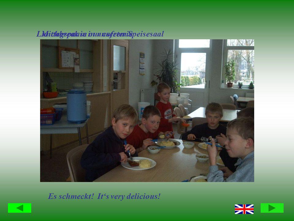 Mittagspause in unserem SpeisesaalLunchbreak in our cafeteria Es schmeckt! Its very delicious!