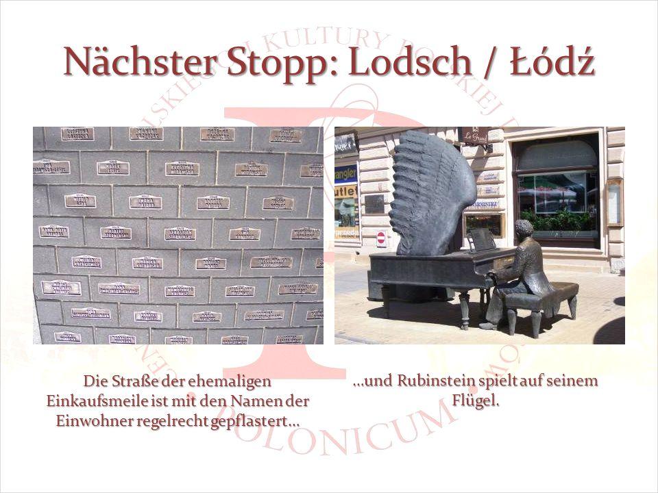 Nächster Stopp: Lodsch / Łódź Die Straße der ehemaligen Einkaufsmeile ist mit den Namen der Einwohner regelrecht gepflastert… …und Rubinstein spielt auf seinem Flügel.