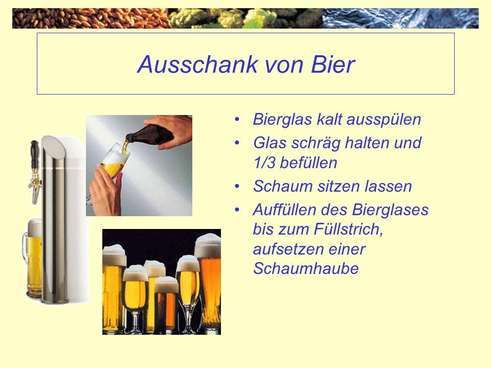 Ausschank von Bier Bierglas kalt ausspülen Glas schräg halten und 1/3 befüllen Schaum sitzen lassen Auffüllen des Bierglases bis zum Füllstrich, aufse