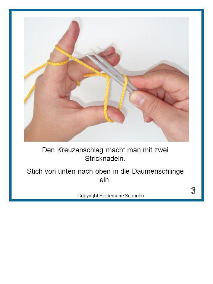 Copyright Heidemarie Schoeller Den Kreuzanschlag macht man mit zwei Stricknadeln. Stich von unten nach oben in die Daumenschlinge ein.