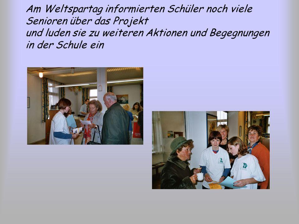Am Weltspartag informierten Schüler noch viele Senioren über das Projekt und luden sie zu weiteren Aktionen und Begegnungen in der Schule ein