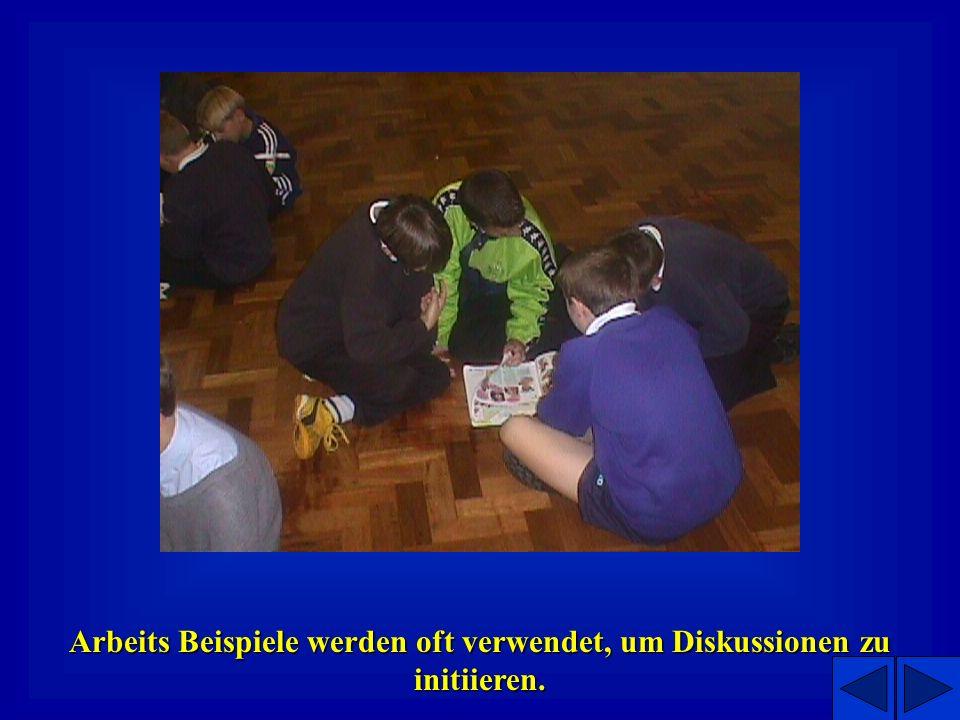 Treffen können in einer Halle oder in einem Klassenzimmer stattfinden.