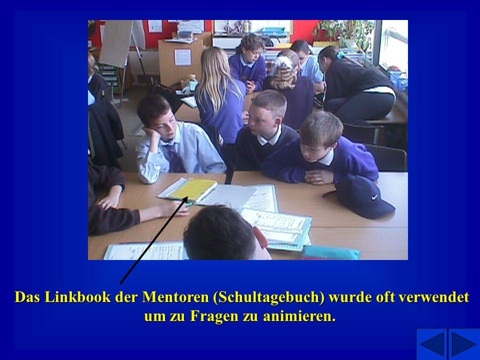 Beachten Sie die fehlende Krawatte der Mentorin – sie befindet sich um den Hals einer Grundschulschülerin! Mentorin