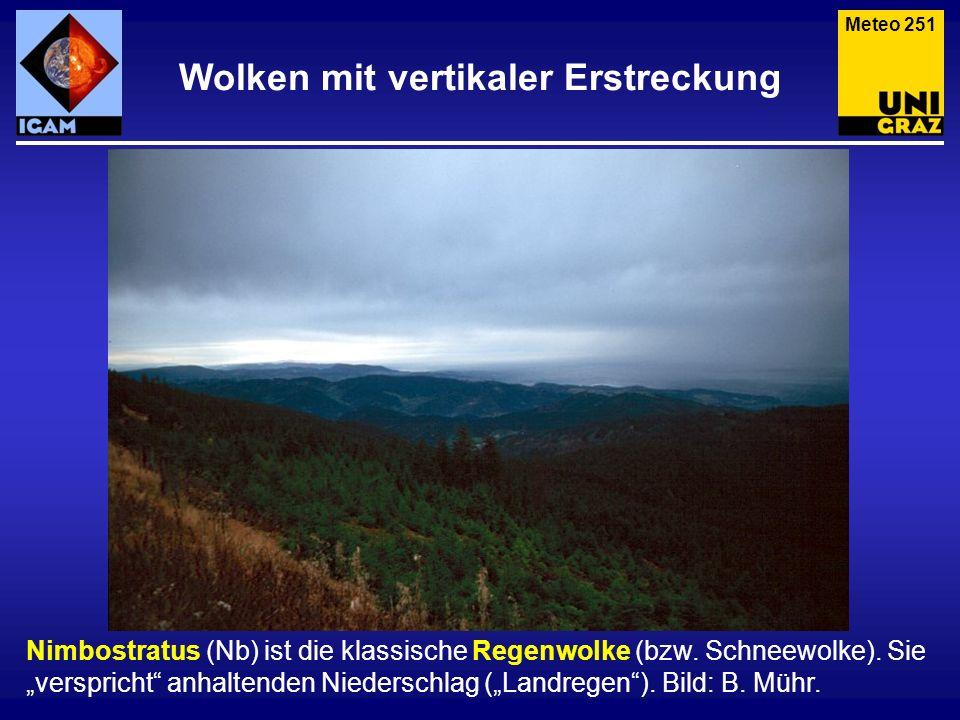 Wolken mit vertikaler Erstreckung Nimbostratus (Nb) ist die klassische Regenwolke (bzw. Schneewolke). Sie verspricht anhaltenden Niederschlag (Landreg
