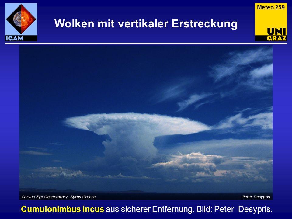 Wolken mit vertikaler Erstreckung Cumulonimbus incus aus sicherer Entfernung. Bild: Peter Desypris. Meteo 259